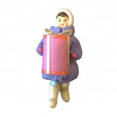 """Коробка с ватной игрушкой малой  """"Девочка с подарком"""""""